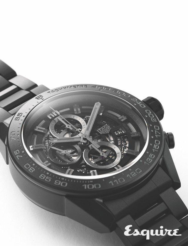 조금씩 높낮이를 다르게 꾸민 다이얼 디자인 덕분에 새카만 시계인데도 입체감이 있다.