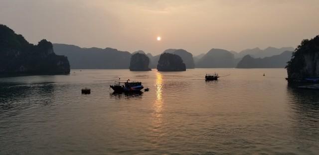 새빨갛게 내려앉는 태양을 머금고 붉게 빛나는 바다 위로 먹으로 그린 것처럼 층층이 쌓인 산들이 이어져 있다. 마치 먼 옛날 그러했다는 전설 속의 풍경처럼 황홀한 시간이었다.