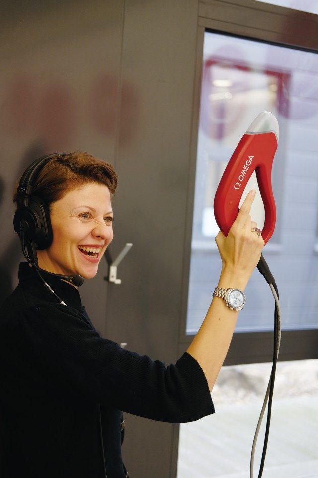 e-건을 시연하는 오메가 폴란드 홍보 마케팅 담당자.