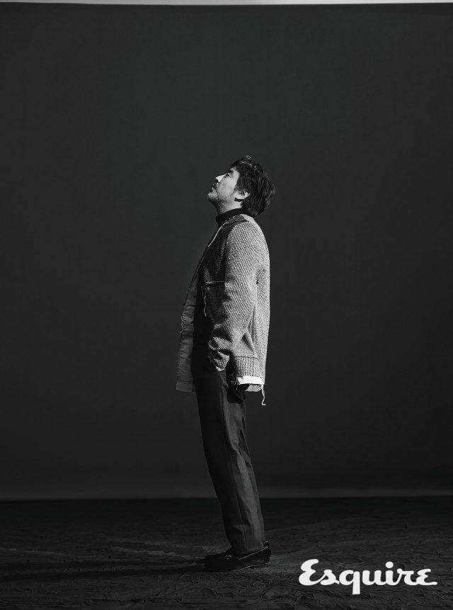 재킷 메종 마르지엘라 by 분더샵. 터틀넥, 바지 띠어리. 슈즈 CH 캐롤리나 헤레라.