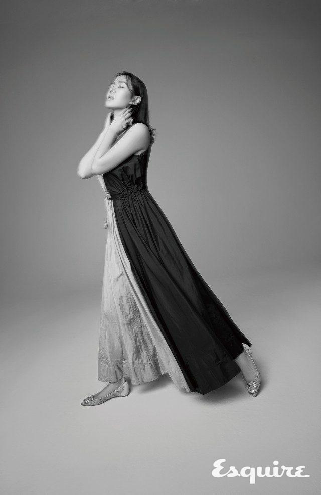 드레스 니나 리치. 슈즈 마놀로 블라닉.