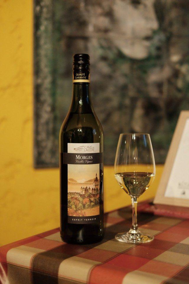 카브 드 라 코테 이쪽 지역은 400여 곳의 농장주가 하나의 와인 공장에서 포도주를 만든다. 덕분에 여기에만 가도 특징이 다양한 와인을 즐길 수 있다. 스위스의 국가 이미지와도 비슷한, 맑고 깨끗한 맛이 난다.