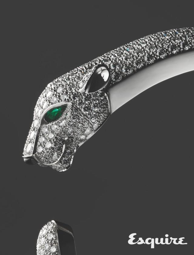 CARTIER<br/>panthère de cartier bracelet<br/>생동하는 표범의 형상에서 느껴지는 긴장과 압도. 화이트 골드에 다이아몬드를 뒤덮었고, 에메랄드와 오닉스로 장식했다. 야생적 관능미와 우아함을 갖춘 여자를 위한 것. 가격 미정 까르띠에.