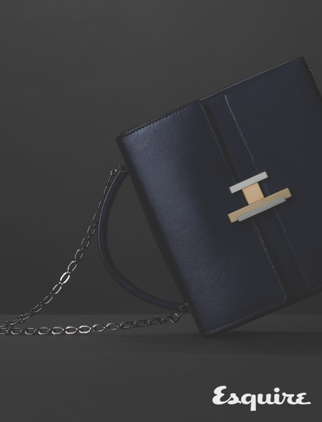 HERMÈS <br/>cinhetic bag  <br/>필수품을 담는 여행용 가방에서 착안한 박스 형태의 가방. 조형적인 H 버클, 팔라듐 가공 체인 스트랩, 새벽 하늘의 고요한 색으로 만들었다. 가격 미정 에르메스.