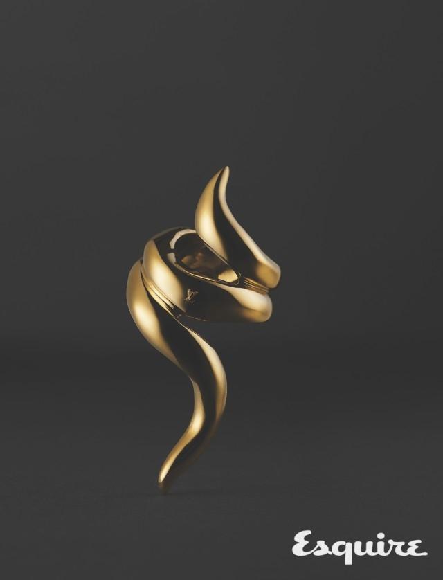 LOUIS VUITTON <br/>tentacool ring  <br/>일본 구전 설화에 나오는 신비한 바다 생물의 촉수에서 영감을 얻었다. 그로테스크한 조형미로 만든 위압적인 느낌의 반지. 기이한 아름다움에서 비롯한 여성성. 가격 미정 루이비통.