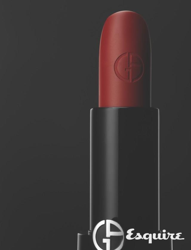 GIORGIO ARMANI BEAUTY<br/>rouge d'armani <br/>완벽한 레드를 구현한 립스틱 색은 아르마니의 상징과도 같은 색. 매끈하게 뻗은 건축적인 케이스는 간결하면서 강렬하다. 아르마니 슈트를 입은 여자를 떠올린다.  4g/4만4000원대 조르지오 아르마니 뷰티.