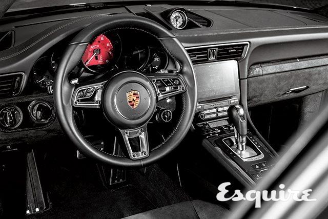 INTERIOR스티어링 휠과 시트, 천장, 도어 트림에 알칸타라 소재를 기본으로 사용했다. 스포츠 시트는 어깨와 허벅지, 옆구리 부위를 효과적으로 지지한다. 계기반 중앙, 엔진 회전 미터를 가득 채운 카민 레드와 선명한 GTS 로고가 시선을 고정시킨다.