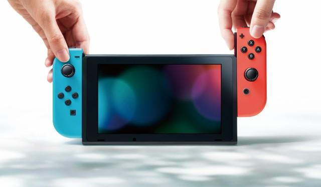닌텐도 스위치의 컨트롤러를 나눠 들면, 함께 게임할 수 있다.