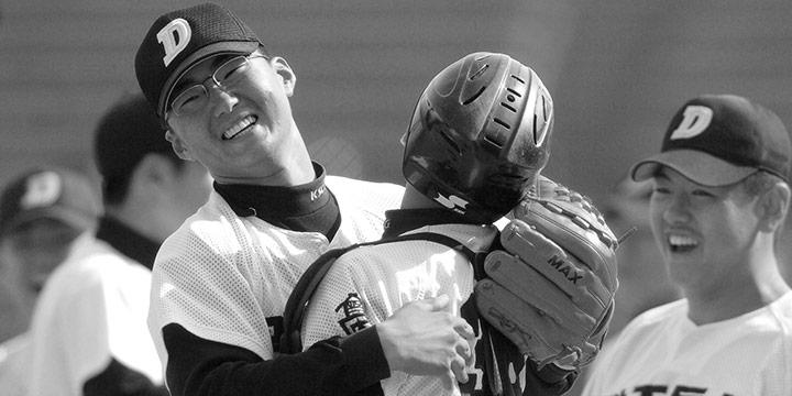 """일본 오키나와에서 좋은 소식이 들렸다. 한기주가 예년에 비해 몸 상태가 좋아졌다는 얘기다. """"마지막일지 모를 도전을 시작합니다."""" 마지막일 필요는 없다. 출전하는 모습만으로도 야구팬들은 행복해할 것을 확신하니."""