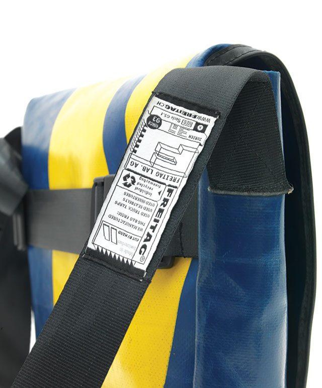 가방끈 한쪽에 재활용했다는 표시가 아주 작게 나타나 있다. 재활용은 프라이탁의 일부일 뿐이다.