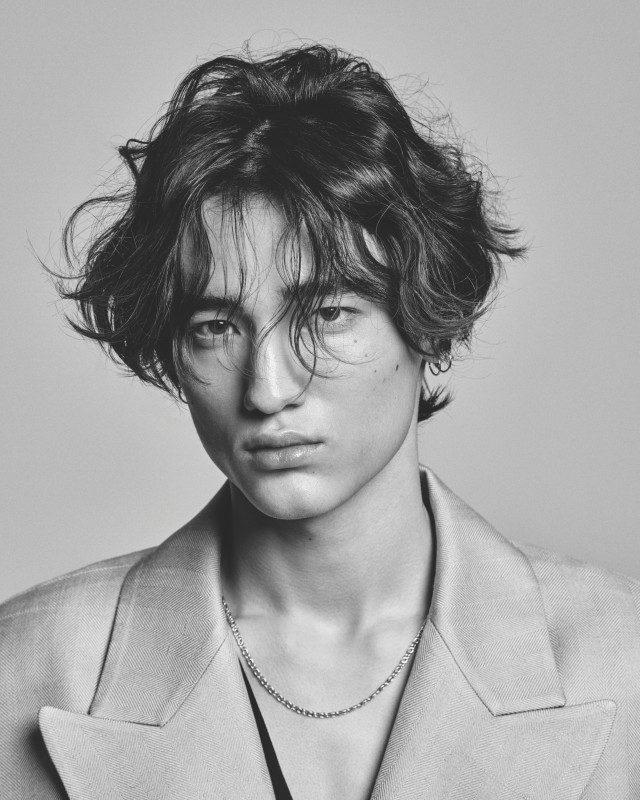 재킷 179만원, 셔츠 59만8000원 모두 김서룡. 귀걸이와 목걸이는 모델 소장품.
