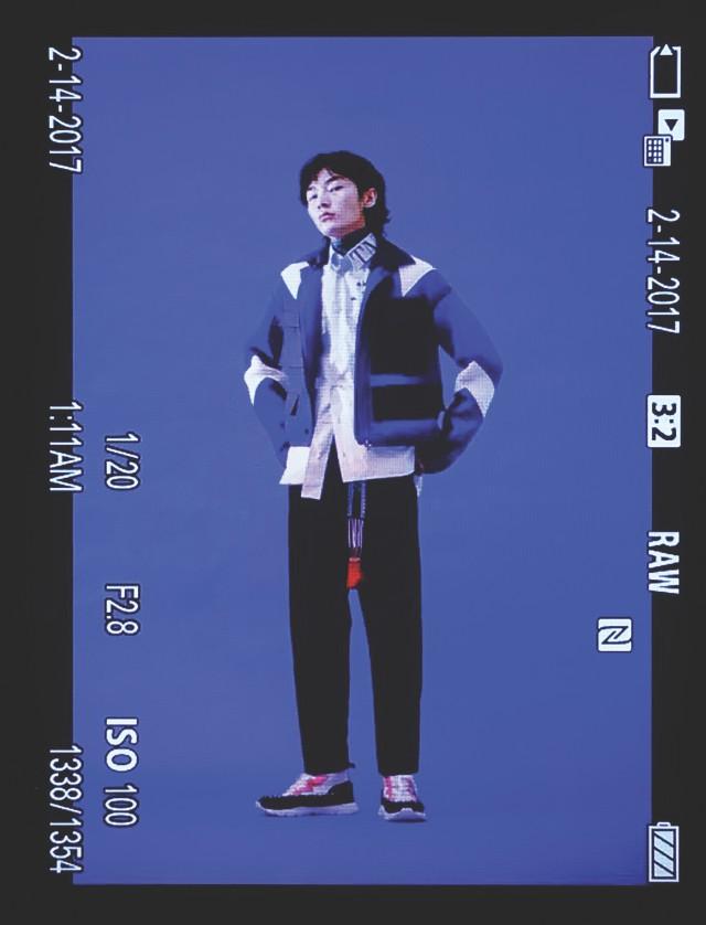 재킷 240만원, 셔츠 가격 미정, 바지 89만원 모두 발렌티노. 운동화 103만원, 스카프 가격 미정 모두 발렌티노 가라바니.