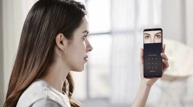 홍체와 얼굴을 동시에 인식해 잠금을 해제한다. 둘 중 한 가지 정보가 부족한 상황에서 유연하게 작동한다.