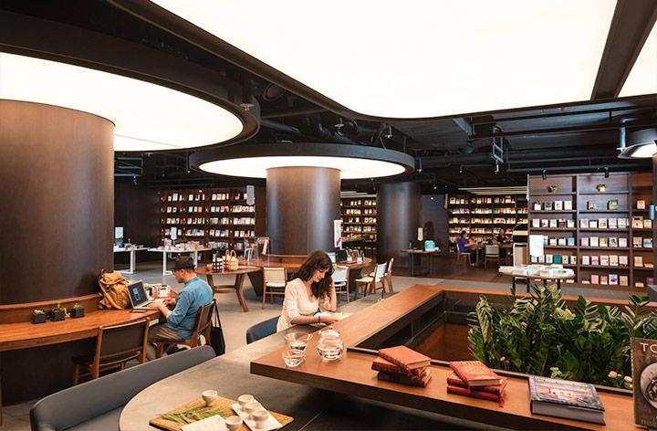 이터널 저니에는 서가와 책상이 적절히 배치되어 독서하기 편한 환경을 만들었다