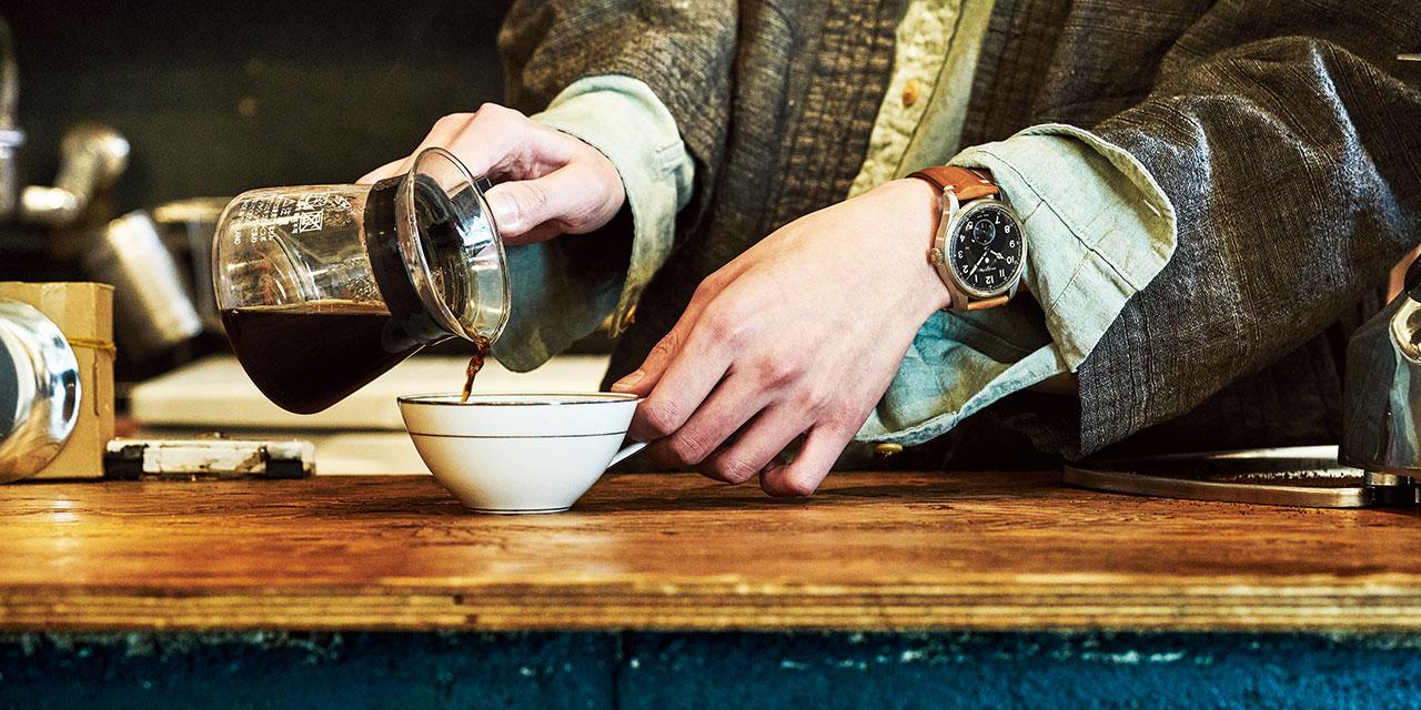 그날 아침 커피를 내리던 남자들의 손목 위에.