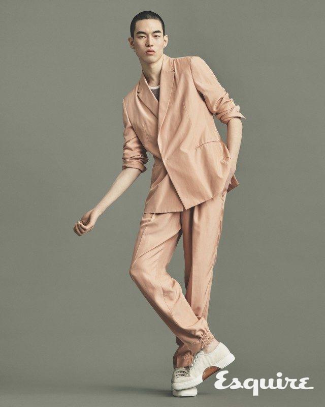 재킷, 니트 톱, 바지, 운동화 모두 가격 미정 에르메네질도 제냐 쿠튀르.