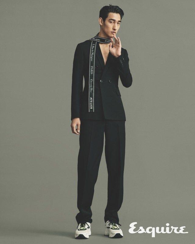 재킷, 바지, 운동화, 스카프 모두 가격 미정 디올 옴므.