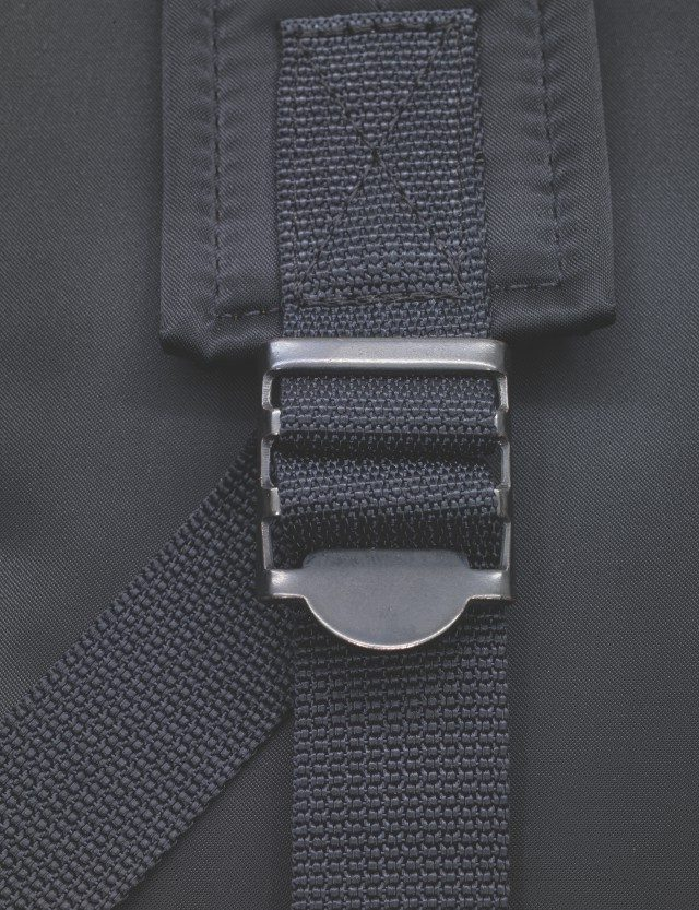 포터는 백팩의 힌지까지도 공을 들였다. 검은색 코팅이 벗겨지면 멋진 황동색으로 바랜다.