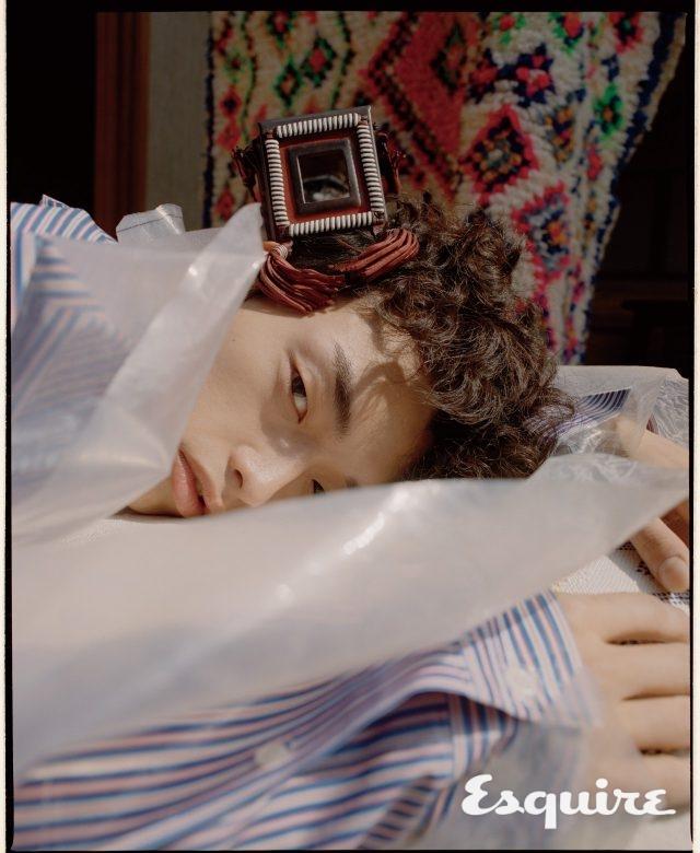 거울이 달린 마라케시 백 가격 미정 생 로랑 by 안토니 바카렐로. 비닐 셔츠 가격 미정 발렌시아가. 러그 93만원 소프트 퍼레이드.