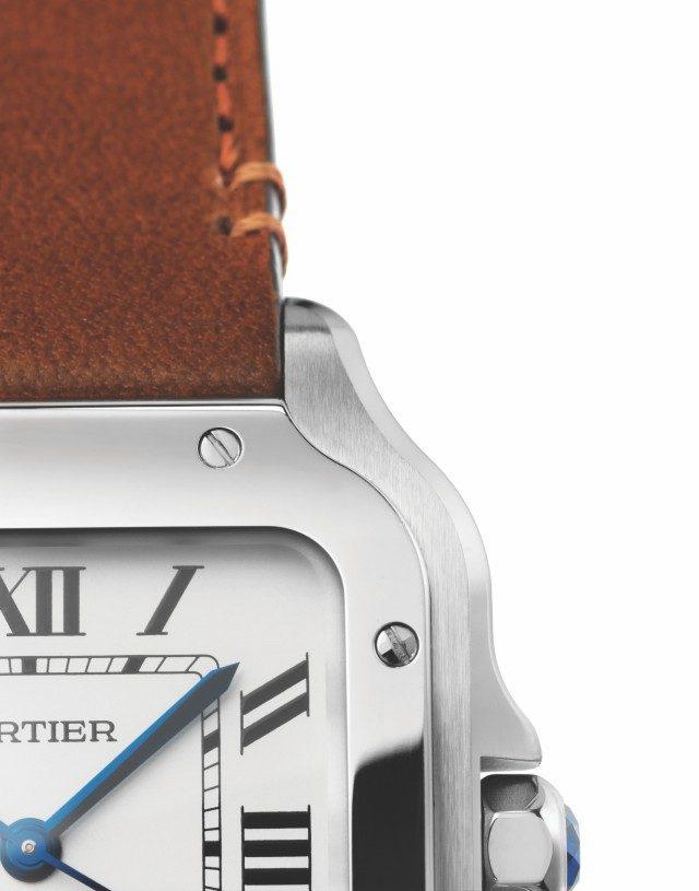 산토스의 디자인 디테일은 이 사진처럼 일부만 찍어도 확연히 드러난다. 특유의 케이스 디자인, 폴리싱 처리한 베젤, 나사 장식. 이런 요소들이 모여서 '까르띠에 산토스'라는 아이콘의 이미지가 만들어진다.