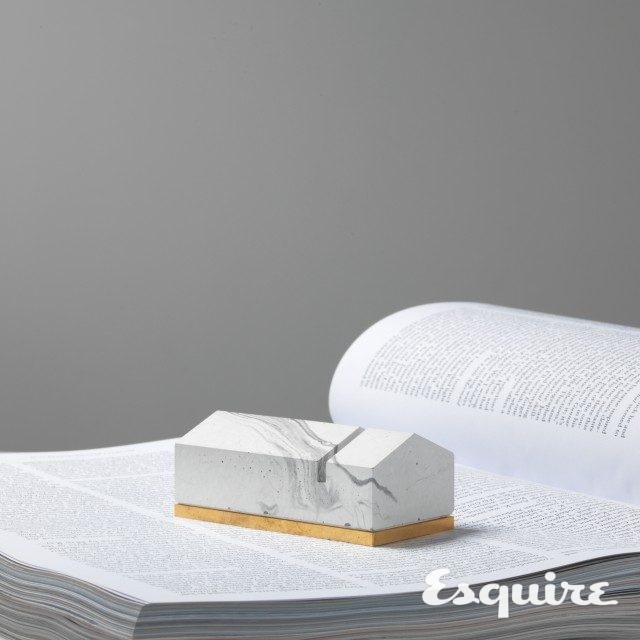 집 모양의 흰색 콘크리트 문진. 4만5000원 랩크리트.