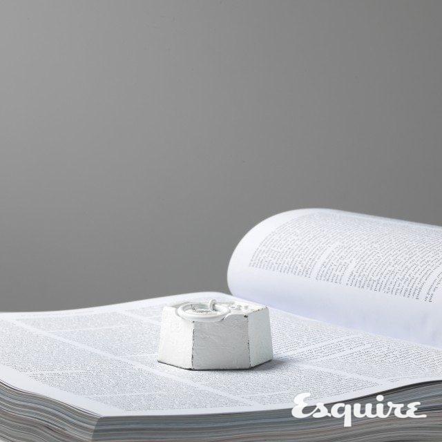 고리가 달린 흰색 문진. 1만5000원 푸에브코 by 르시뜨피존.