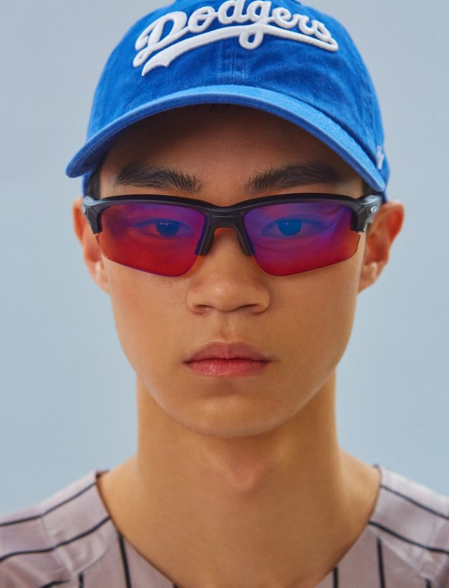베이스볼 셔츠 가격 미정 SSS 월드 코퍼레이션. 캡 모자 3만7000원 by 맨케이브. 선글라스 25만9000원 오클리.