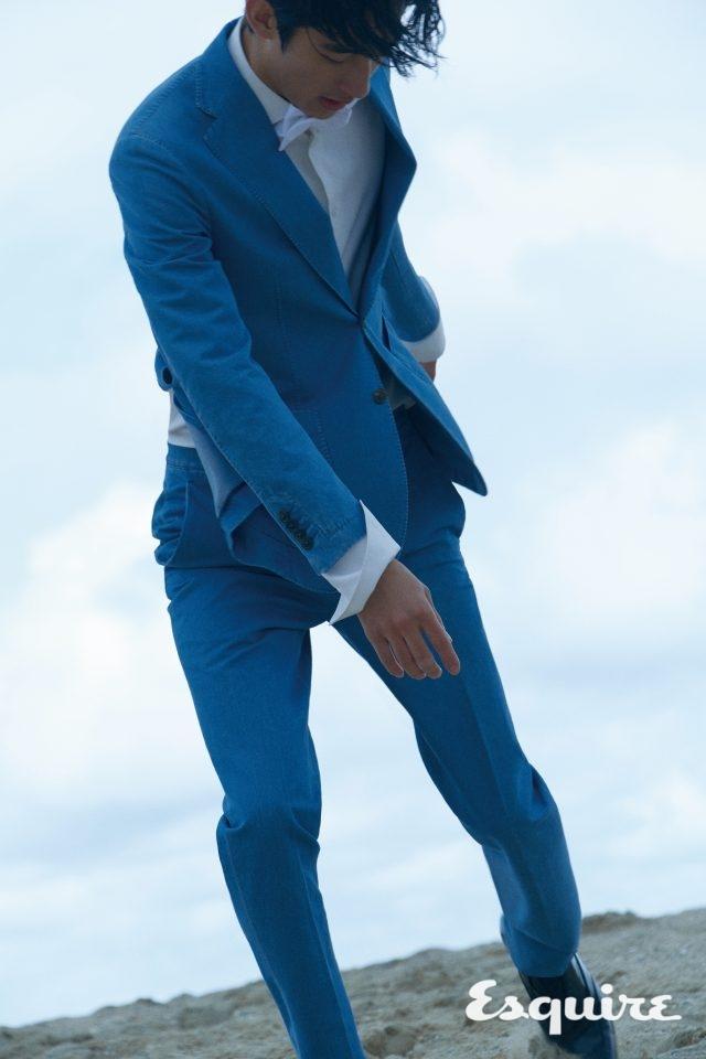 재킷 185만원, 바지 가격 미정 모두 토즈. 셔츠 가격 미정 루이비통. 구두 가격 미정 디올 옴므. 보타이 턴불앤아서 가격 미정 by 미스터 포터.