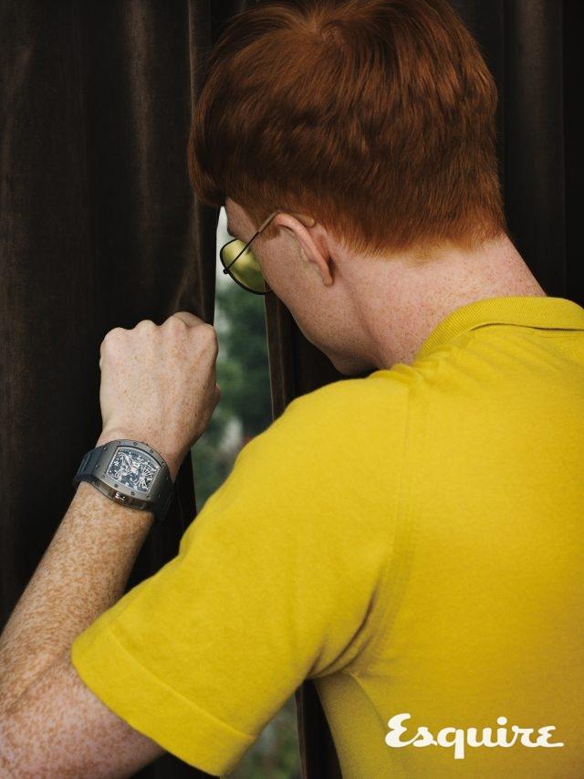노란색 메리노 울 폴로셔츠 160파운드 존 스메들리. 선글라스 155파운드 레이밴.