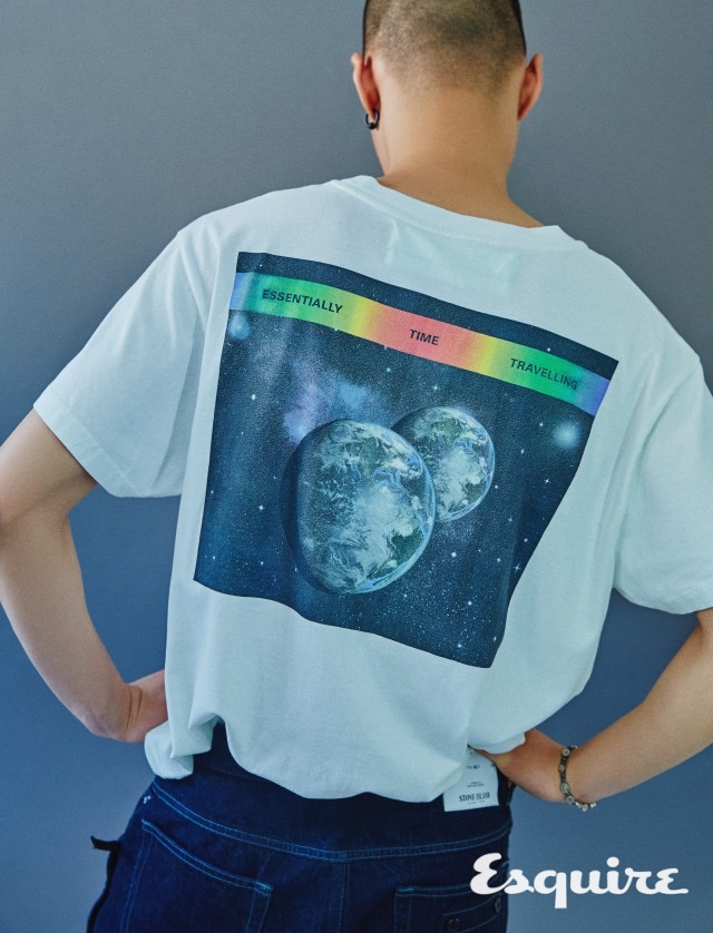 OFF-WHITE™ 범우주적 티셔츠. 티셔츠 48만원 오프화이트. 청바지 28만5000원 스톤 아일랜드.