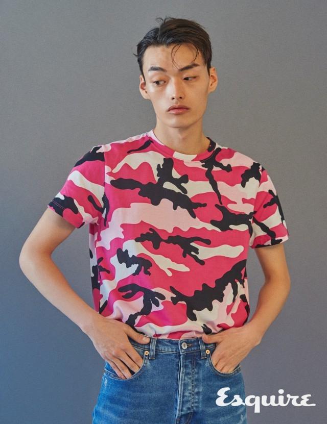 VALENTINO 도발적 카무플라주 프린트. 티셔츠 가격 미정, 청바지 140만원 발렌티노.