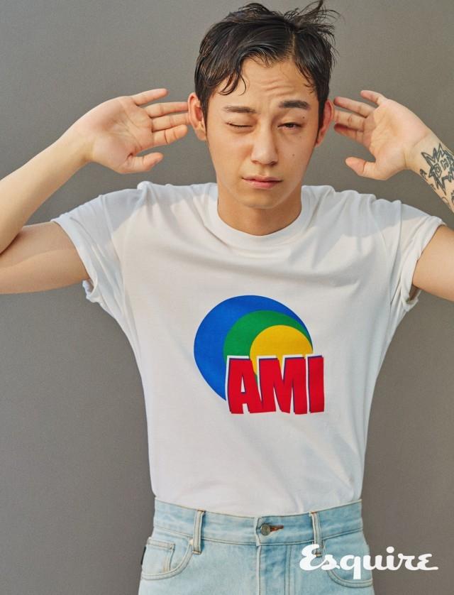 AMI 활기찬 색상과 로고. 티셔츠, 청바지 모두 가격 미정 아미.