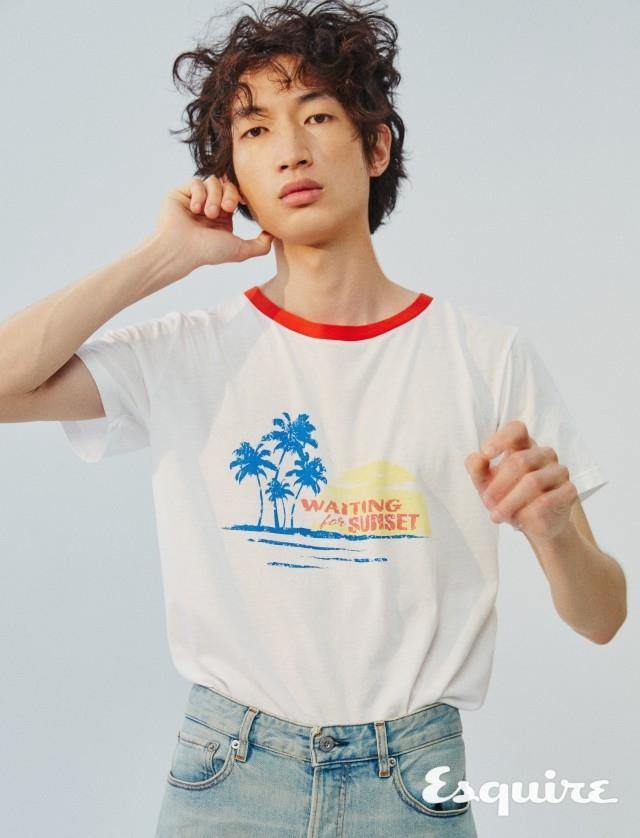 SAINT LAURENT  야자수, 해변, 석양. 여름의 낭만. 티셔츠 61만5000원 생 로랑 by 안토니 바카렐로. 청바지 38만5000원 스톤 아일랜드.