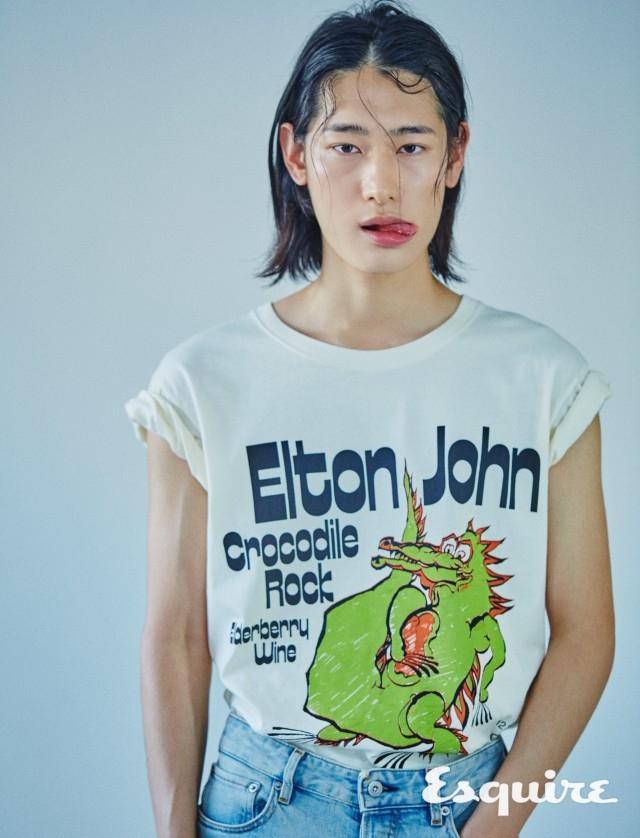 GUCCI 엘튼 존의 아카이브와 유머. 티셔츠 54만원 구찌. 청바지 38만 5000원 스톤 아일랜드.