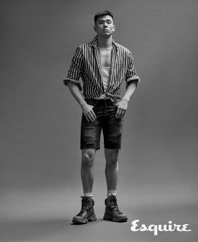 줄무늬 셔츠 가격 미정 아미. 슬리브리스 가격 미정 생 로랑 by 안토니 바카렐로. 데님 반바지 2만9000원 H&M. 부츠 148만원 구찌. 목걸이 에디터 소장품.