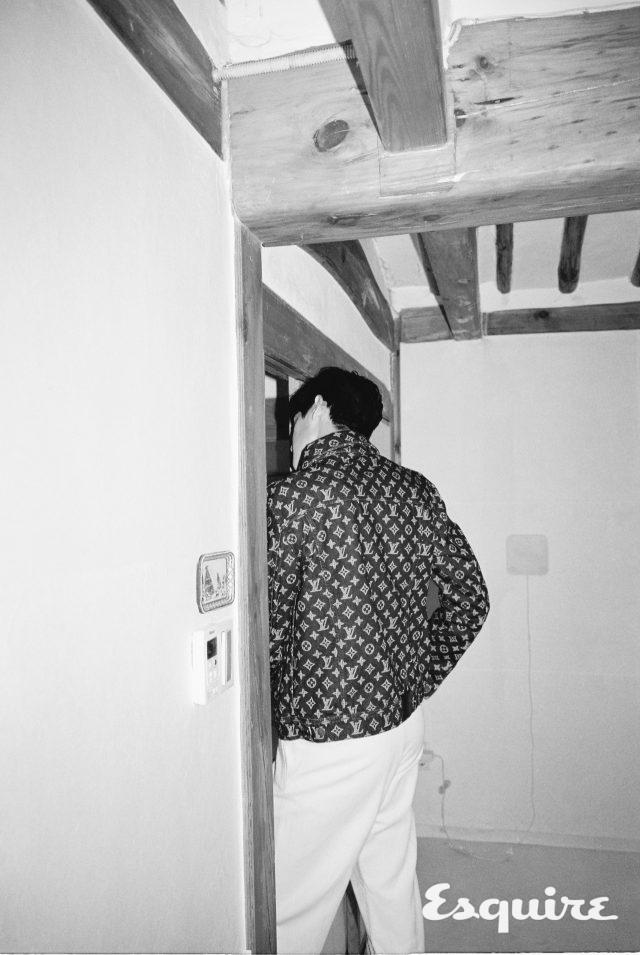 로고 프린트 데님 트러커 재킷가격 미정 루이비통. 흰색 바지 가격 미정 Z제냐.