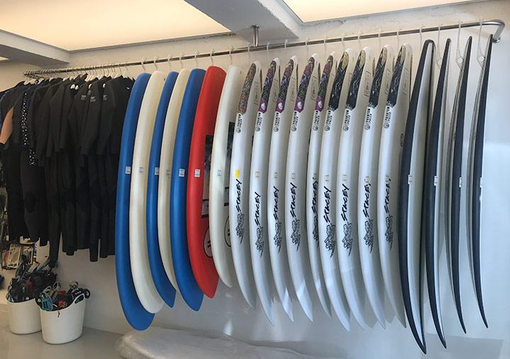 매장 양쪽으로 진열된 서핑 보드와 의류