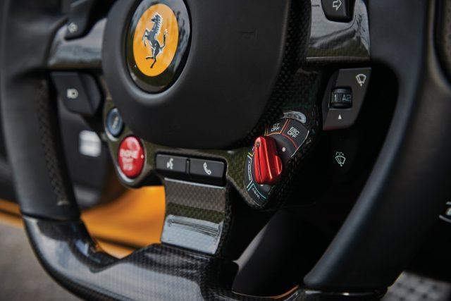 INTERIOR 운전이라는 행위에 맞춘 실내 디자인이다. 포뮬러1 레이스카에서 영감을 받은스티어링 휠 디자인이 대표적이다. 엔진 시동과 변속기, 서스펜션 제어는 물론이고 와이퍼나 방향지시등 버튼도 스티어링 휠에 달려 있다. 운전자를 감싸는 스포츠 시트는 장거리 주행에도 적합하다.