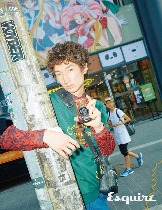 초록색 티셔츠, 패턴 셔츠,데님 바지, 크로스백, 곰돌이 모양 키 링, 보드 모양 키 링 모두 가격 미정 디올 맨. 스타일러스 터프 TG-5카메라 54만7000원 올림푸스.