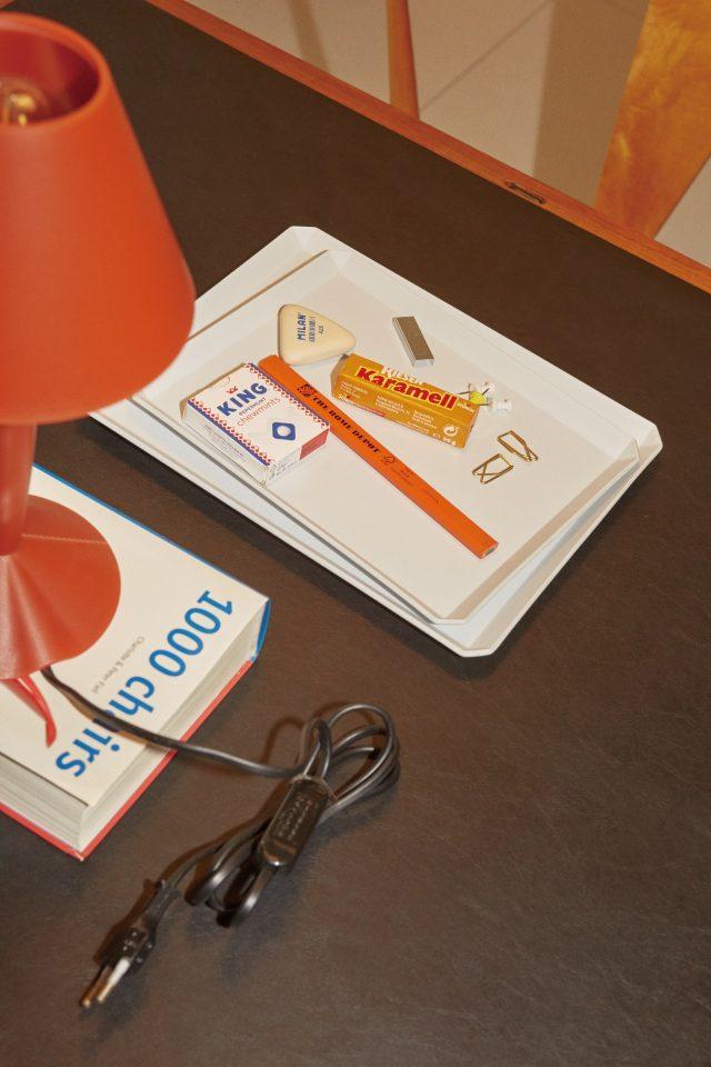 문구 트레이로 활용한 네모난 접시 큰 사이즈 5만7000원, 작은 사이즈 4만1000원 1616/arita japan by MMMG.