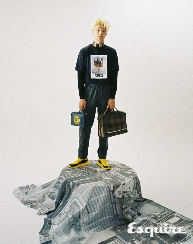 하이넥 니트, 코끼리가 그려진 Fancy 티셔츠, 바지, 펜디 스템프 삭스 스니커즈, FF 로고 메신저백, 미니 펜디 스템프백 모두 가격 미정 펜디.