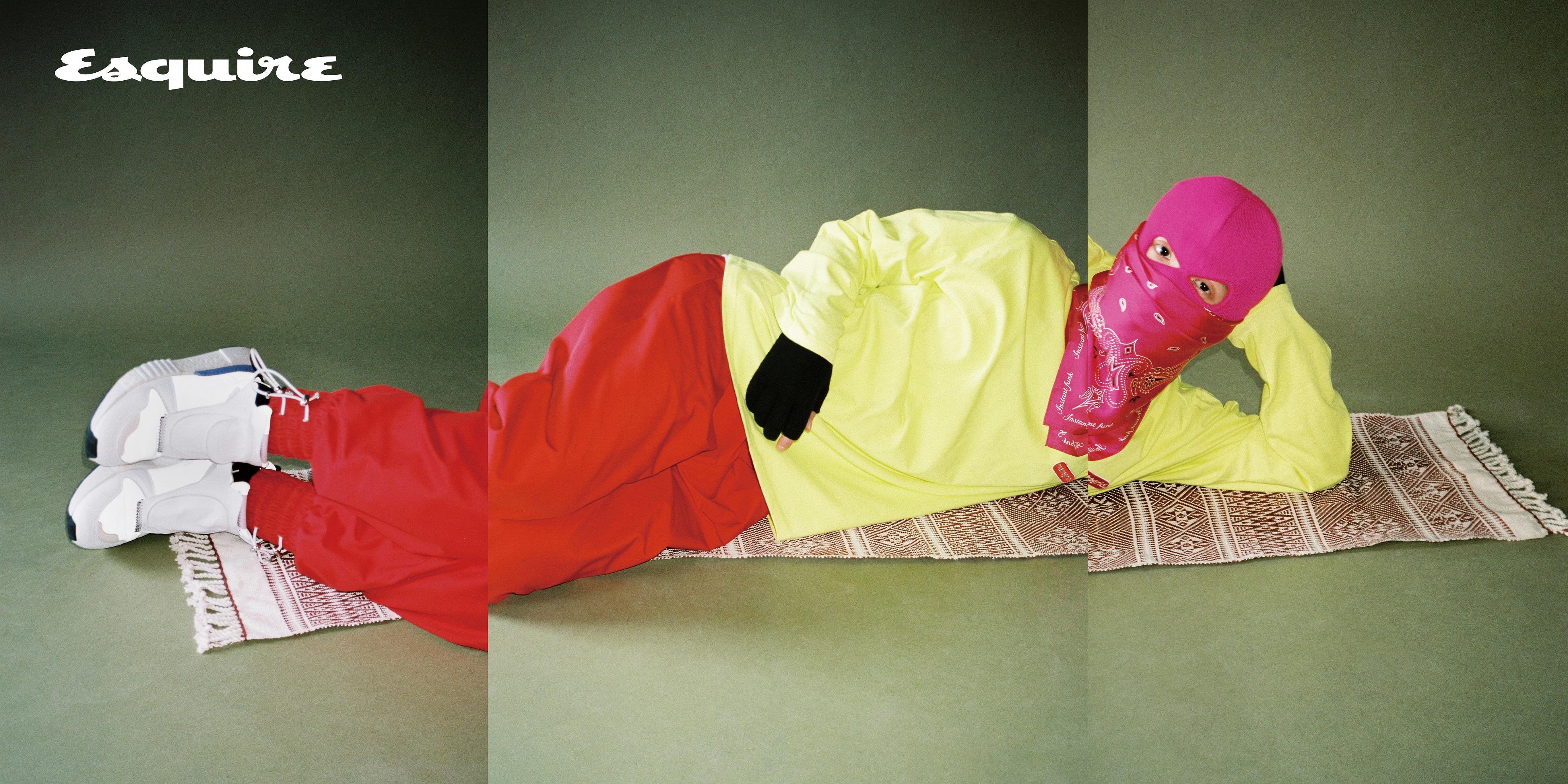 티셔츠 마하그리드. 바지 문수권. 스니커즈 아디다스 오리지널스. 반다나 인스턴트 펑크. 장갑 유즈드 퓨처. 양말 오프화이트. 분홍색 비니는 마미손 소장품.