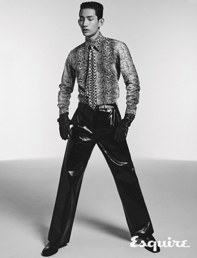 셔츠, 타이 모두 가격 미정 톰 포드. 페이크 가죽 바지 가격 미정 참스. 부츠 가격 미정 코치 1941.장갑 가격 미정 에르메스.