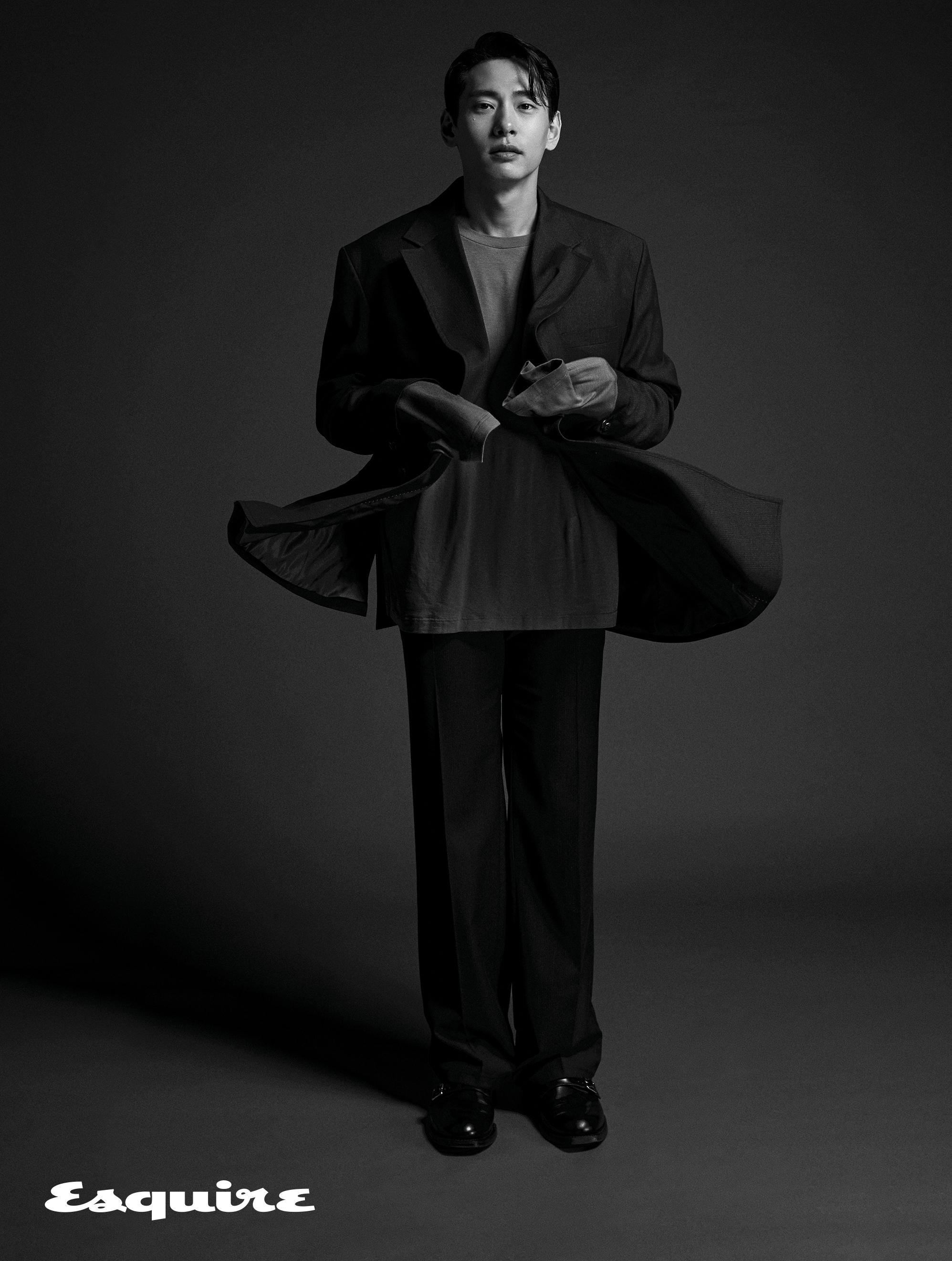 재킷, 티셔츠, 바지 모두 오디너리 피플. 신발 벨지안 슈즈 by 유니페어.
