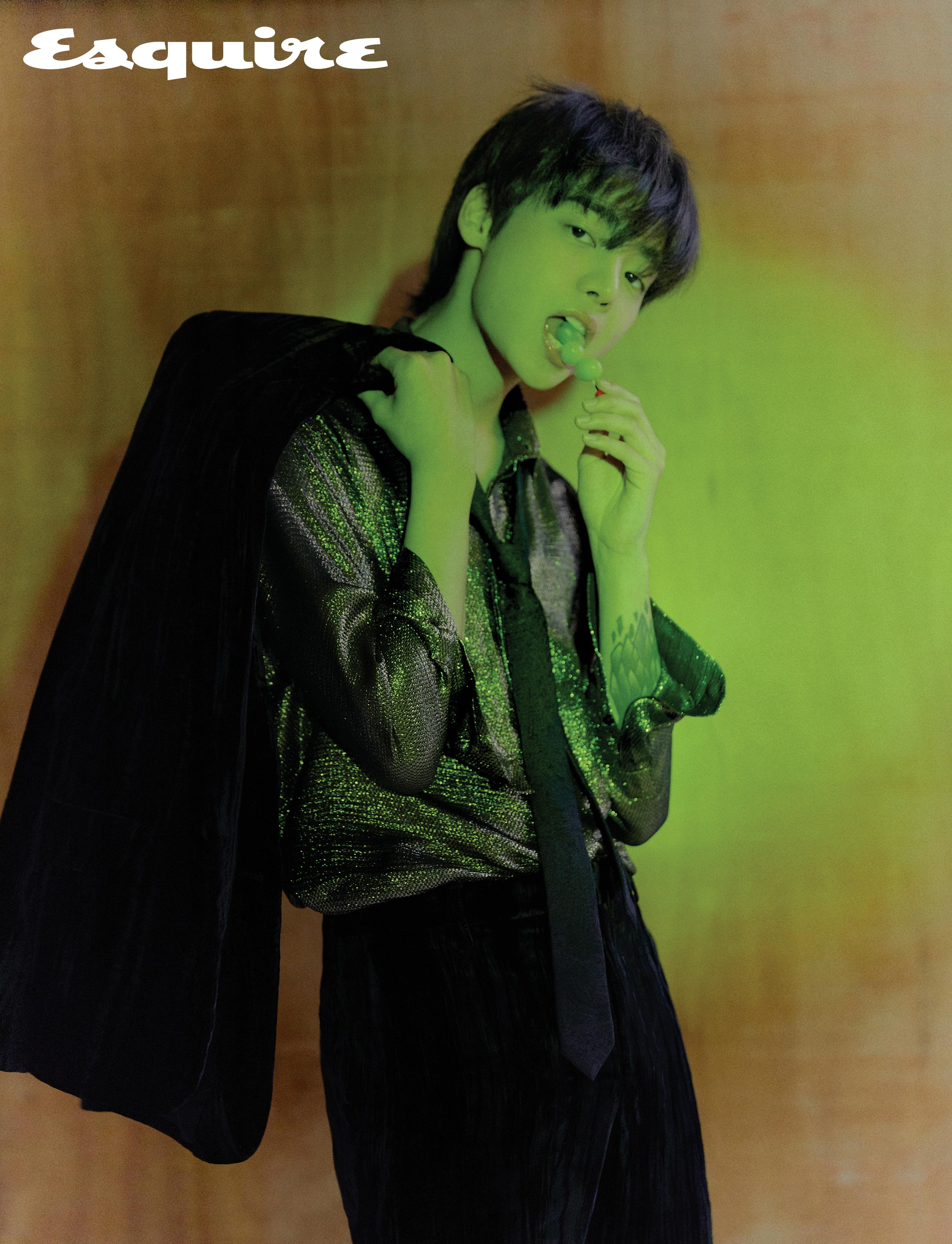 재킷, 셔츠, 바지, 타이 모두 생 로랑 by 안토니 바카렐로.