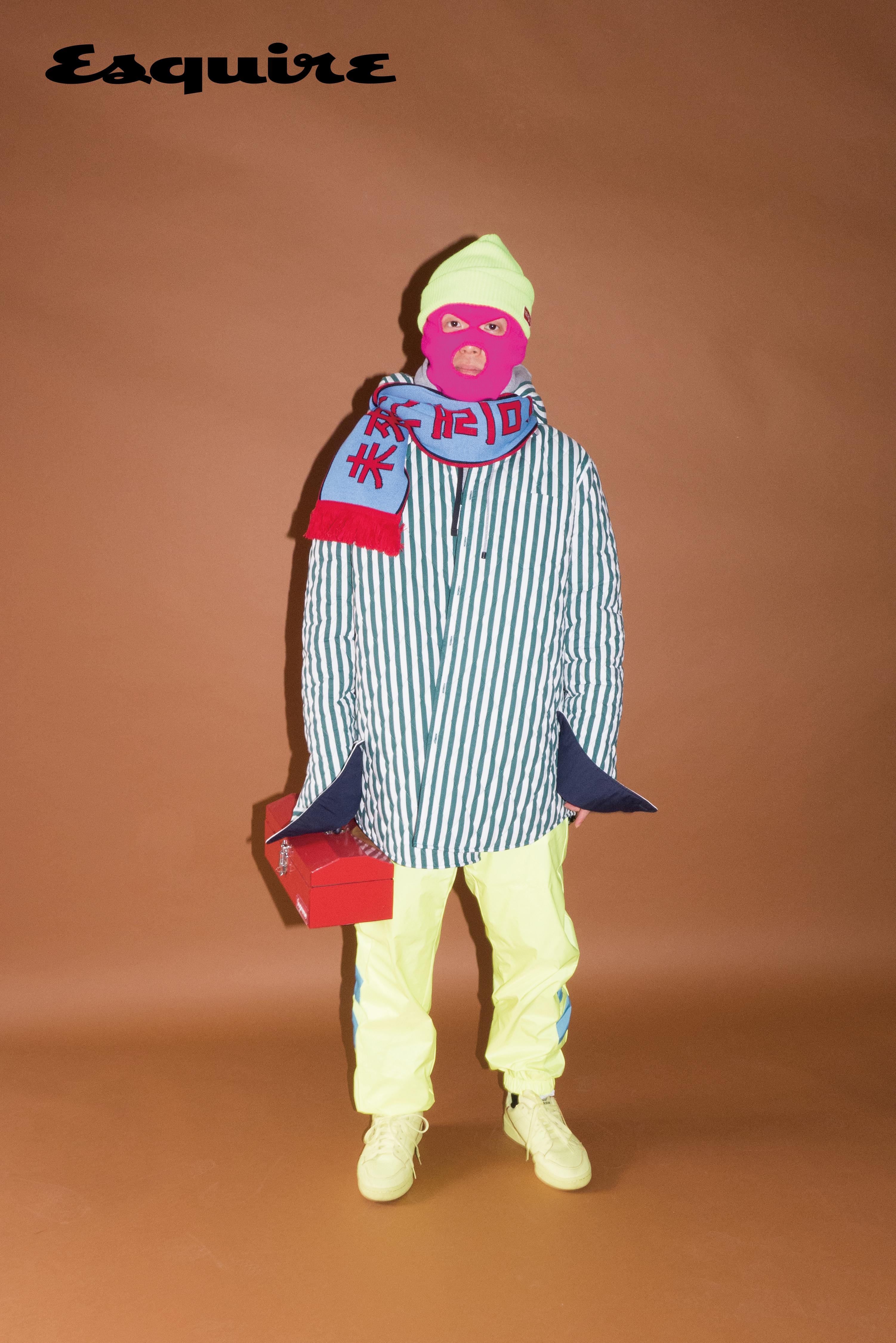 줄무늬 셔츠 노앙. 회색 후드 티셔츠 나이키. 바지, 비니 모두 마하그리드. 스니커즈 아디다스 오리지널스. 머플러 유즈드 퓨처.양말 오프화이트. 분홍색 비니는 마미손 소장품.