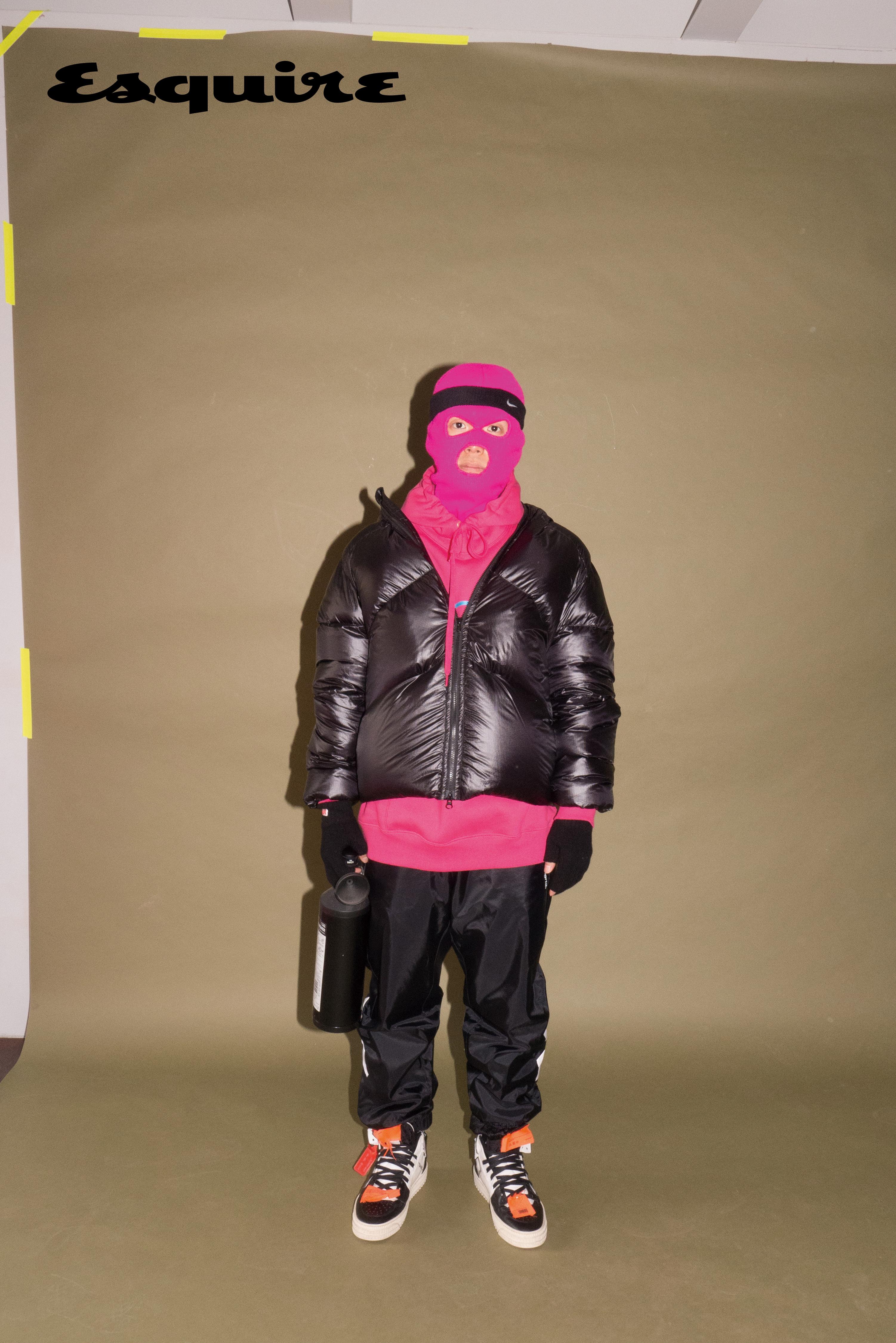 점퍼 몽클레르. 후드 티셔츠, 바지 모두 마하그리드. 스니커즈 오프화이트. 헤드밴드 나이키. 분홍색 비니는 마미손 소장품.