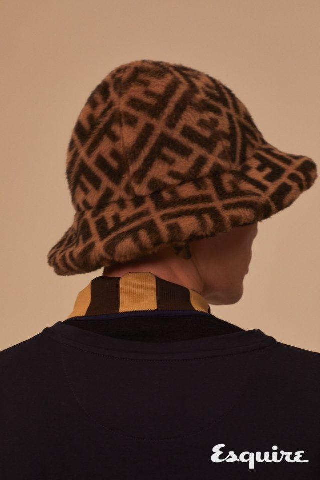FF 로고 퍼 클로슈 모자 110만원, 하이넥 니트 63만원, 남색 티셔츠 83만원 모두 펜디.