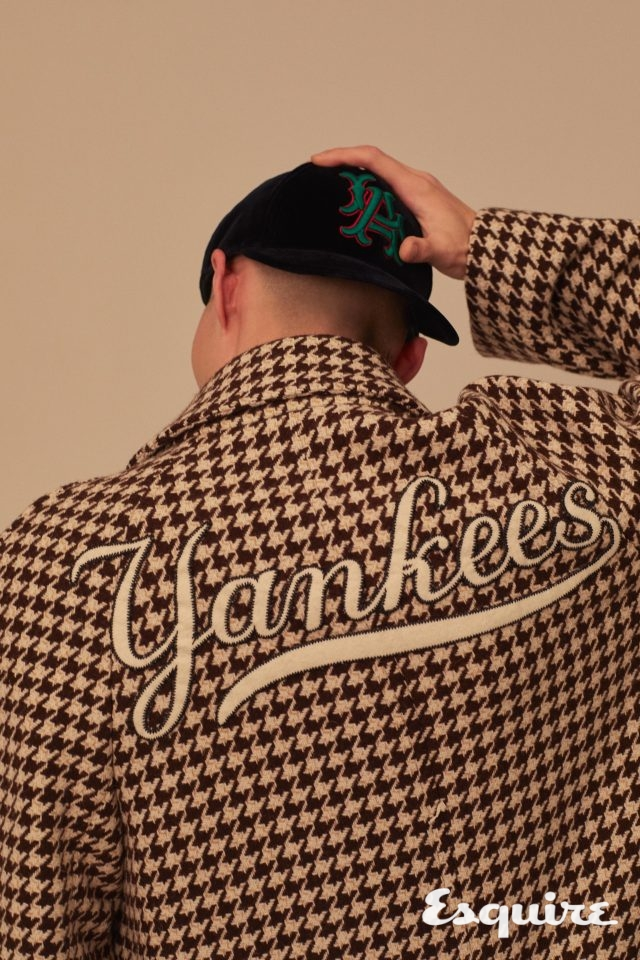 푸른 벨벳 소재의 로스앤젤레스 야구 모자 77만원, 뉴욕 양키스 로고가 새겨진 하운즈투스 코트 620만원 모두 구찌.