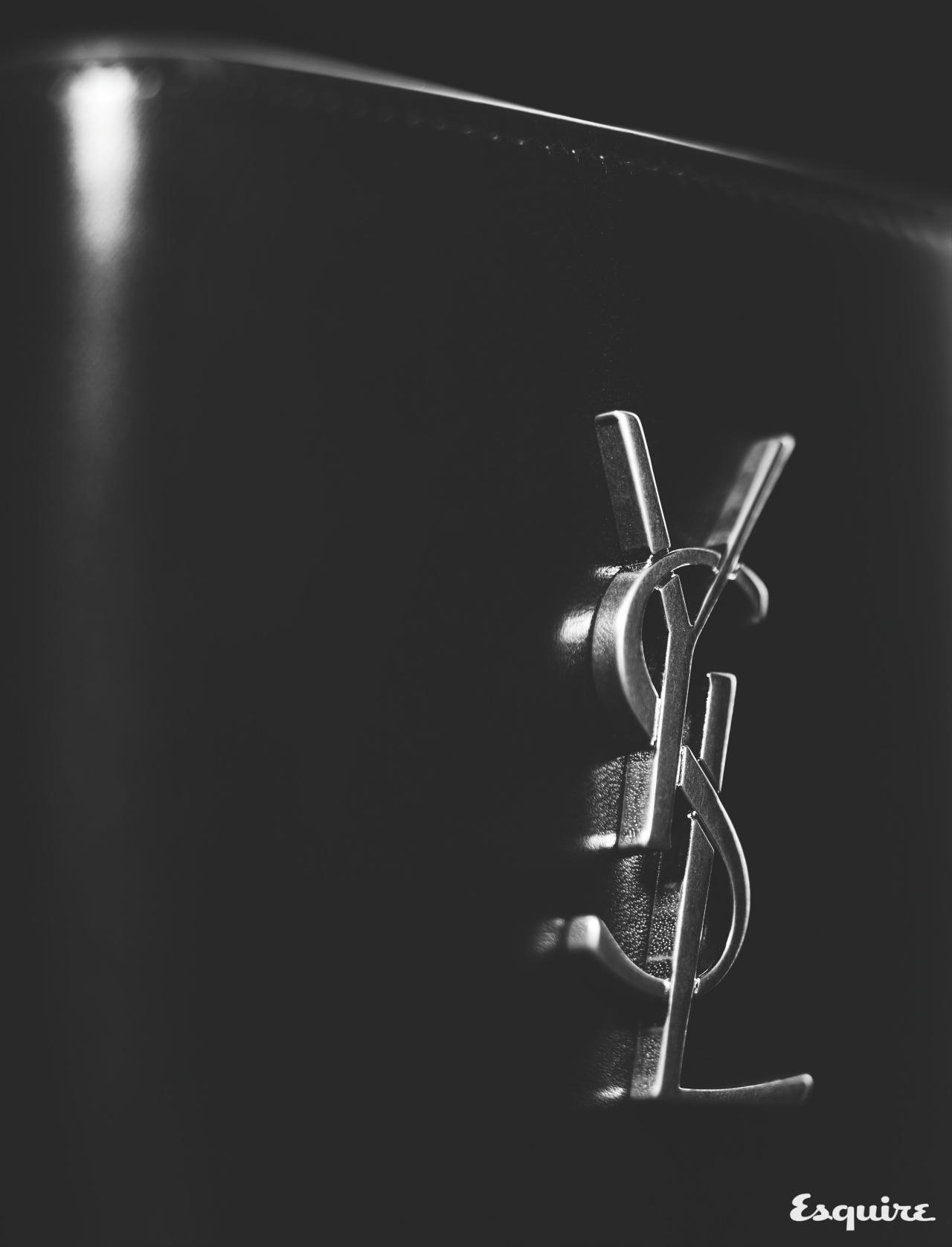 SAINT LAURENT BY ANTHONY VACARELLO 입체적인 금속 카산드라 로고를 정결한 송아지 가죽 지갑에 대범하게 장식했다. 60만원  생 로랑 by 안토니 바카렐로.